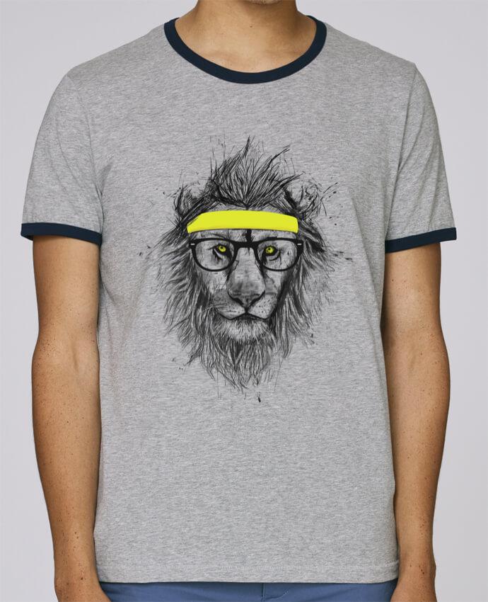 T-Shirt Ringer Contrasté Homme Stanley Holds Hipster Lion pour femme par Balàzs Solti