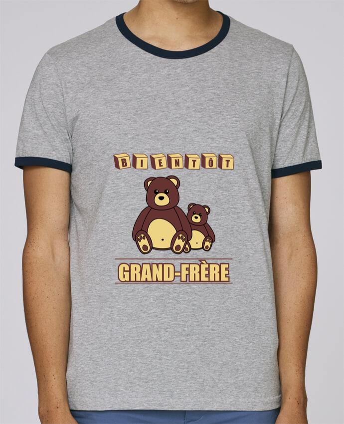 T-Shirt Ringer Contrasté Homme Stanley Holds Bientôt Grand-Frère avec ours en peluche mignon pour femme par Benichan